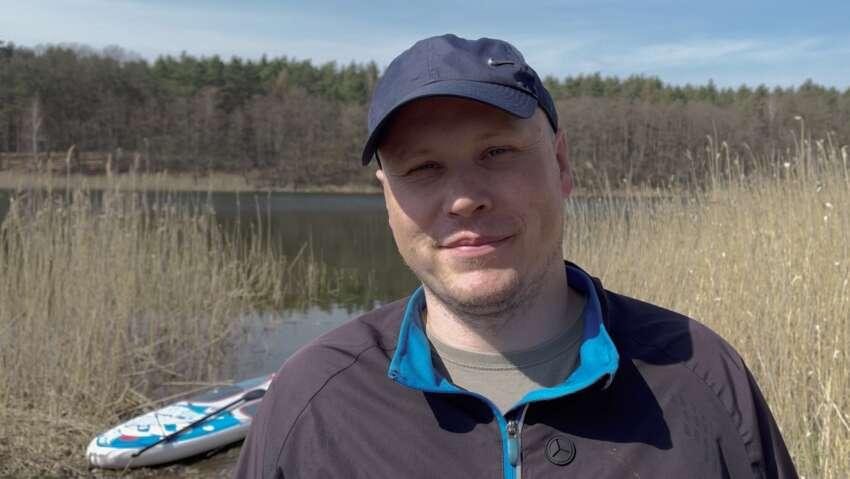 Michal z deską SUP nad jeziorem