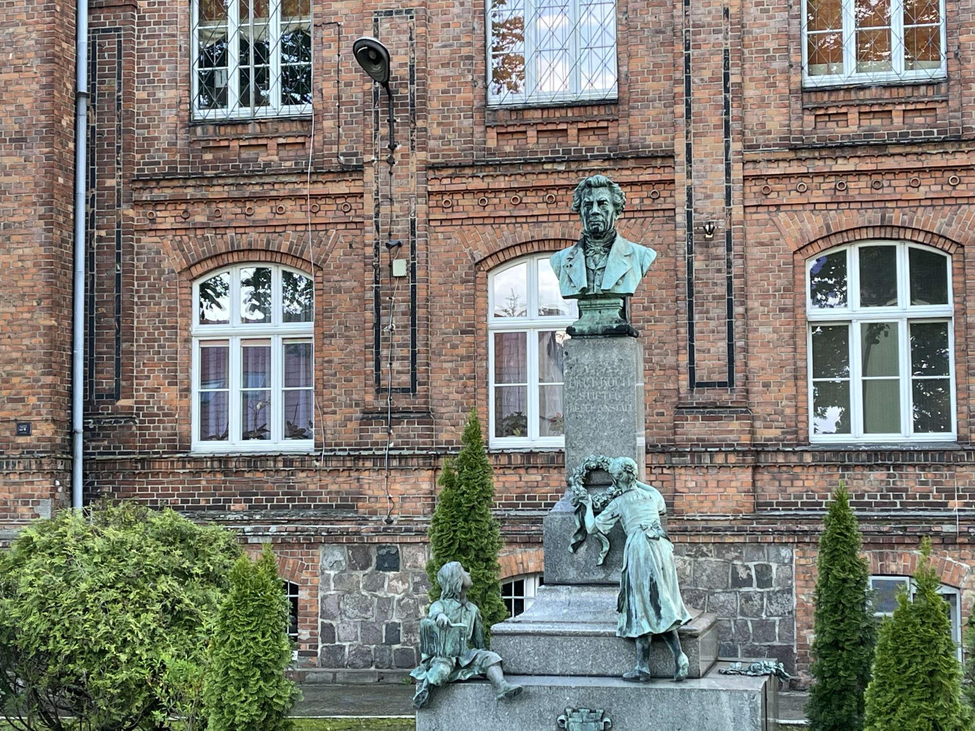 Pomnik fundatora DPS w Moryniu