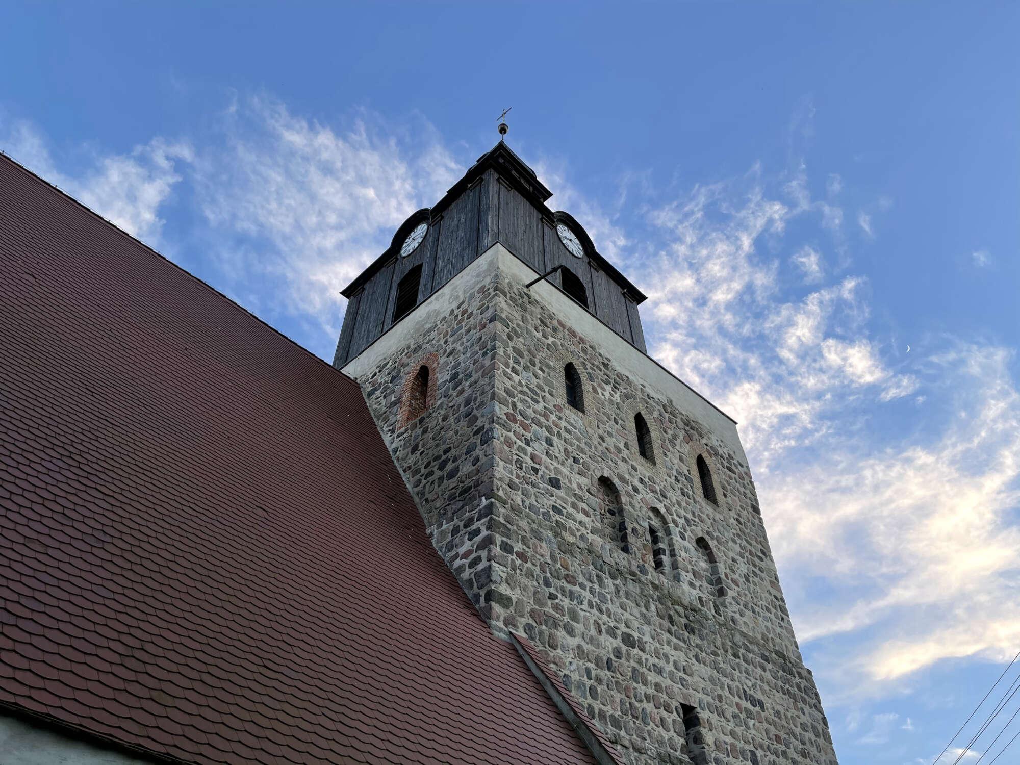 Widok na wieżę kościoła w Moryniu